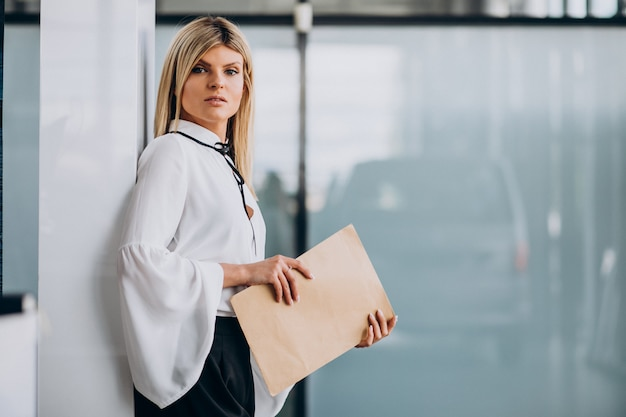 Carpeta bonita de la explotación agrícola de la mujer de negocios