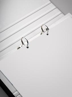 Carpeta con una hoja en blanco