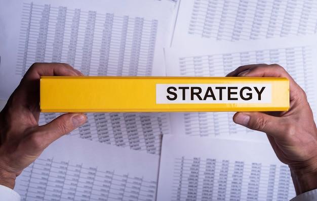 Carpeta con inscripción de palabra de estrategia empresarial