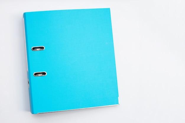 Carpeta de oficina azul sobre superficie blanca