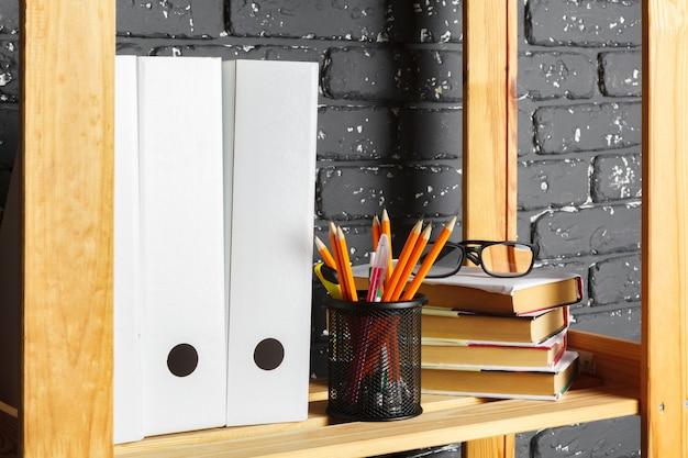 Carpetas de archivos, de pie en los estantes de la oficina