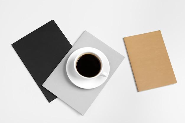 Carpetas cerradas y taza de café