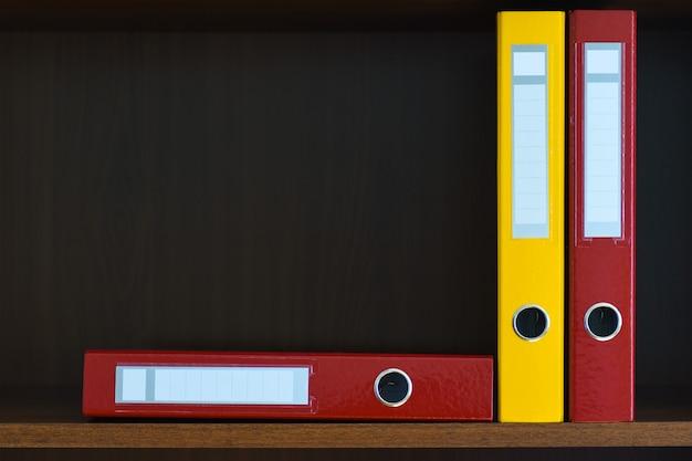 Carpetas para documentos en el armario en el estante de la oficina, archivos, espacio de copia, suministros de oficina