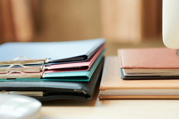 Carpetas y planificadores en escritorio de oficina