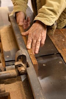 Carpintero de alta vista trabajando con madera
