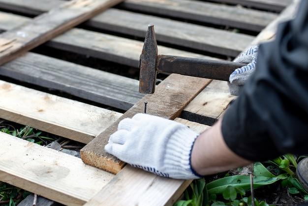 Un carpintero clavando un clavo
