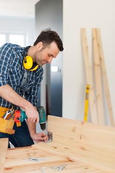 Carpintero creando muebles nuevos
