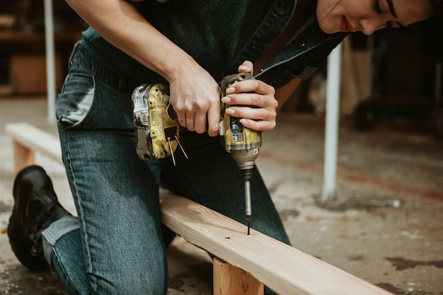 Carpintero hembra perforando una madera