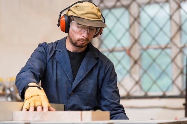 Carpintero macho trabajando en el taller.