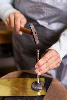 Carpintero martillando un clavo