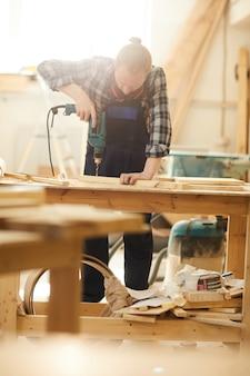 Carpintero perforando madera