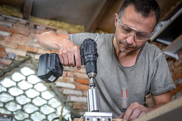 Carpintero profesional que trabaja con madera y herramientas de construcción en casa.
