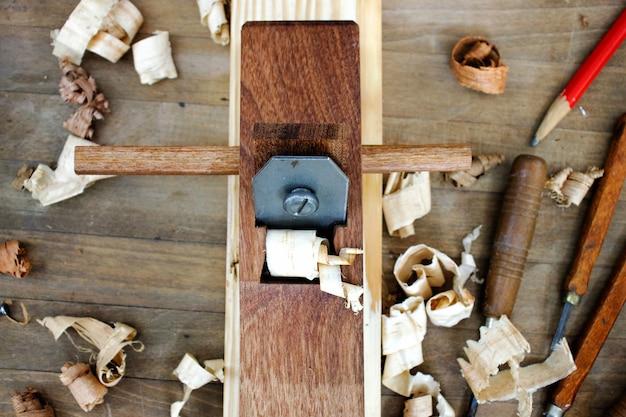 Carpintero trabajando en carpintería con una cepilladora