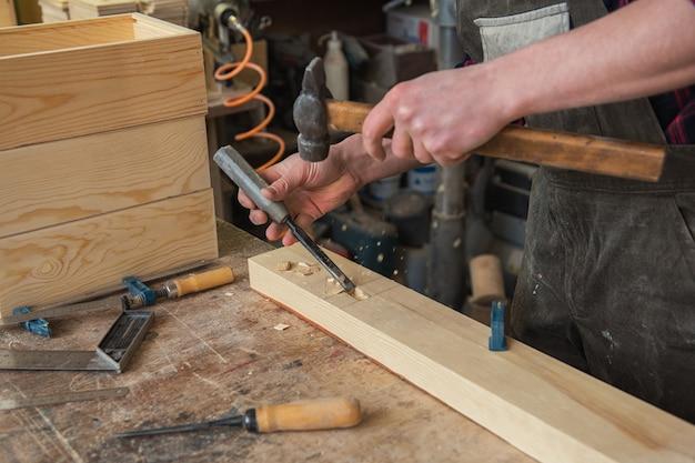 Carpintero trabajando con un cincel