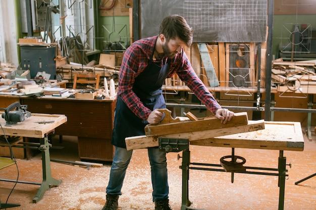 Carpintero en el trabajo