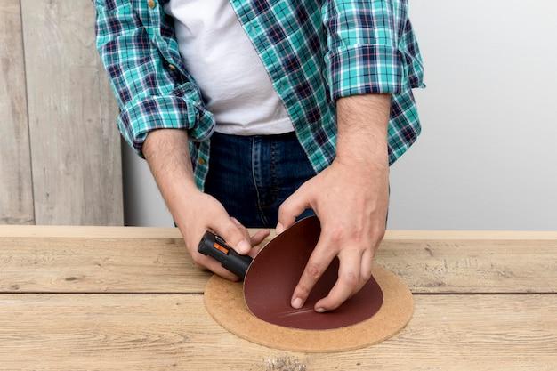 Carpintero de vista frontal trabajando con pegamento