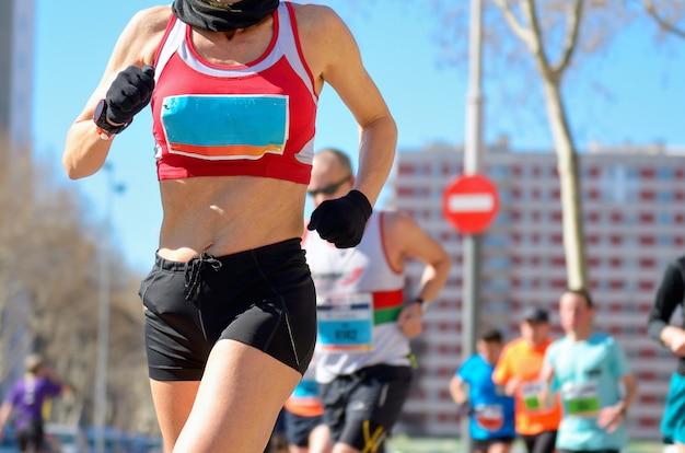 Carrera de maratón, mujer corredora en carretera, deporte, fitness y concepto de estilo de vida saludable
