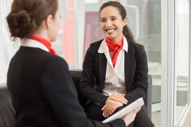 Carrera mezclada, mujer de negocios, charlar, colega