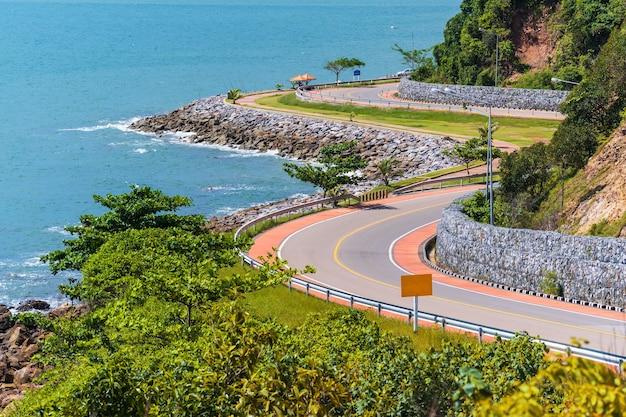 Carretera al lado del mar y montaña bajo cielo azul