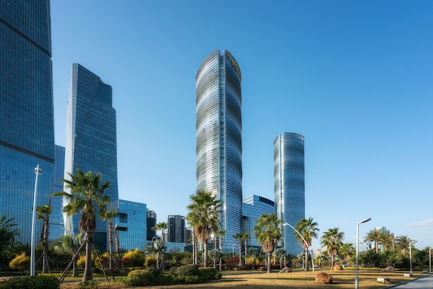 Carretera asfaltada y horizonte de paisaje arquitectónico moderno de la ciudad china