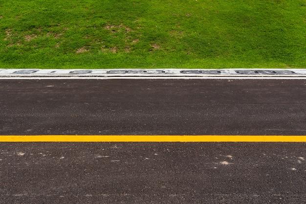 Carretera asfaltada con líneas de marcado textura rayas blancas.