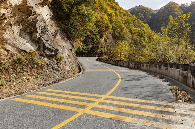 Carretera asfaltada en las montañas.