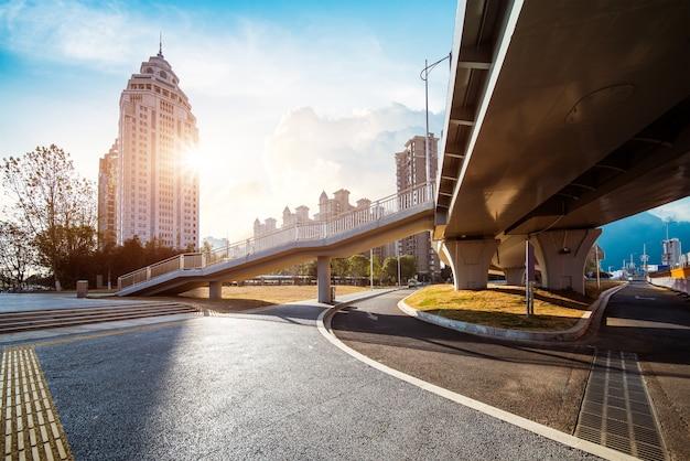 Carretera asfaltada que conduce a la ciudad por la noche, provincia de jiangxi, china