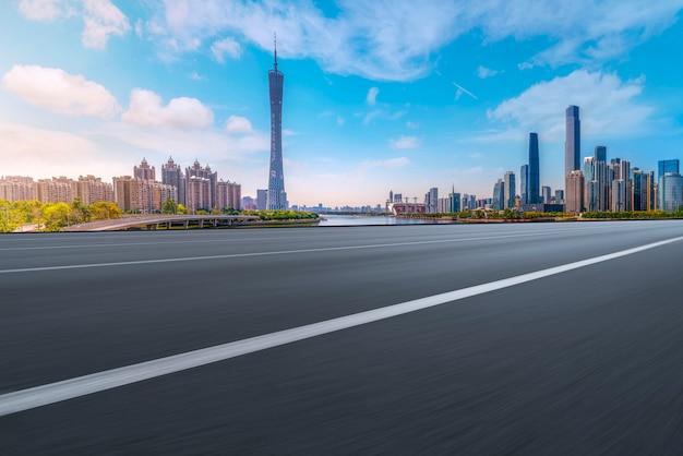 Carretera de asfalto de la carretera aérea y edificio de oficinas del edificio comercial, arquitectura moderna de guangzhou