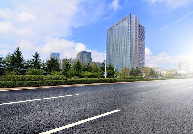 Carretera de asfalto en un día claro