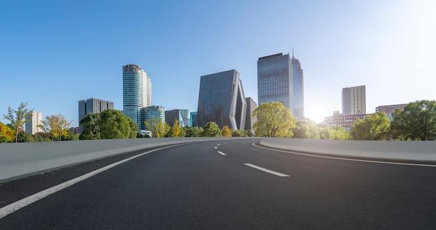 Carretera de asfalto y paisaje arquitectónico urbano de ningbo