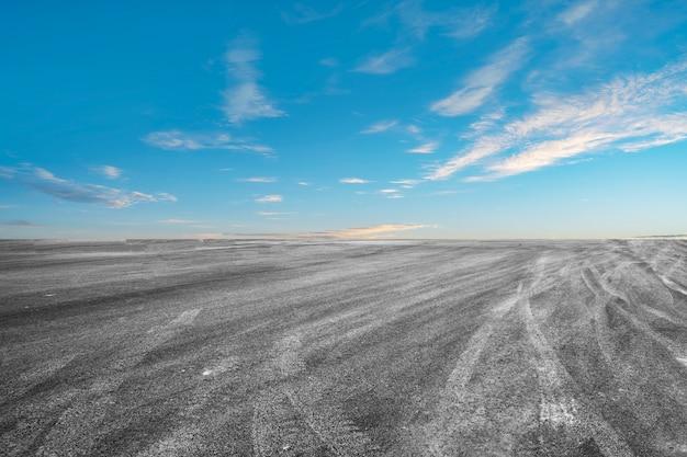 Carretera de asfalto vacía carretera y hermoso cielo paisaje