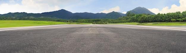 Carretera de asfalto vacía y paisaje de montaña
