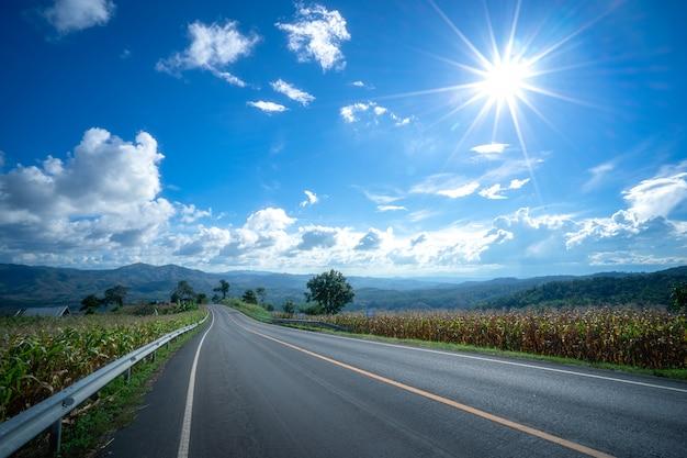Carretera de asfalto vacío y paisaje natural.