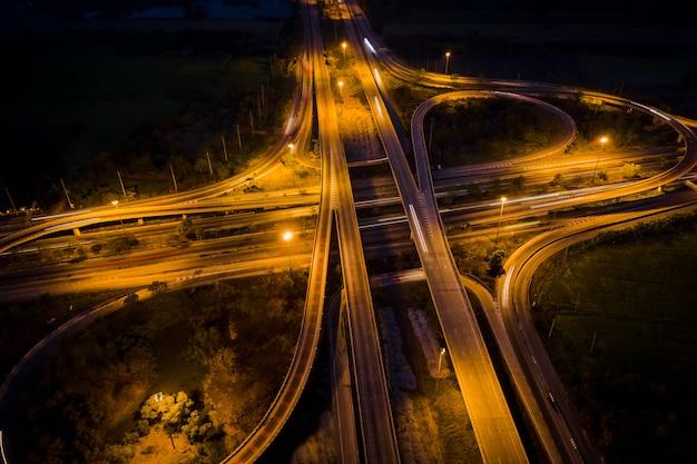 La carretera de circunvalación y el desvío de la autopista de intercambio que conectan la ciudad de noche en tailandia
