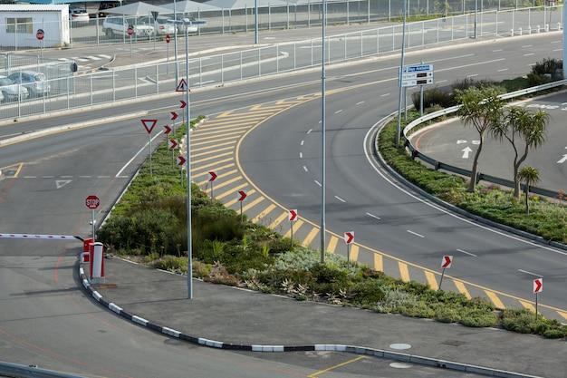 Carretera curva vacía