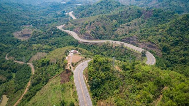 Carretera de asfalto en la colina en la provincia de phetchabun, tailandia. vista aérea de volar drone.