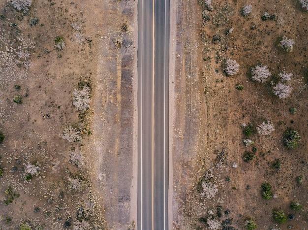 Una carretera en el desierto de estados unidos vista aérea desde el aire