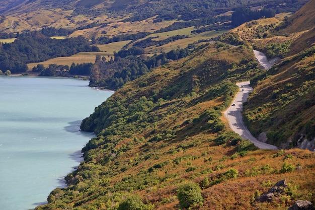 Carretera escénica del lago a través de las montañas en nueva zelanda