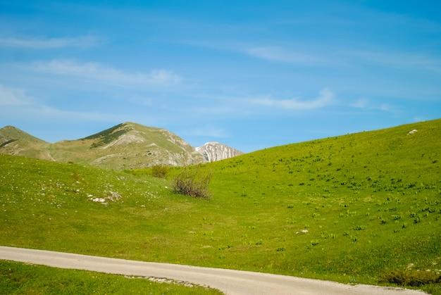 Carretera escénica en las montañas de montenegro