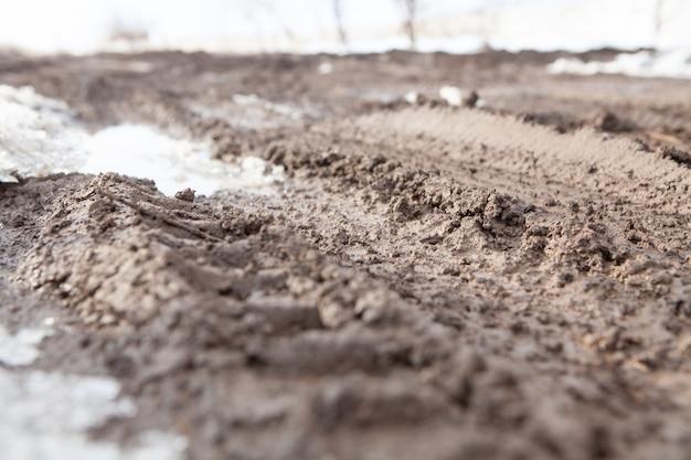 Carretera fangosa y mojada sin cobertura de asfalto