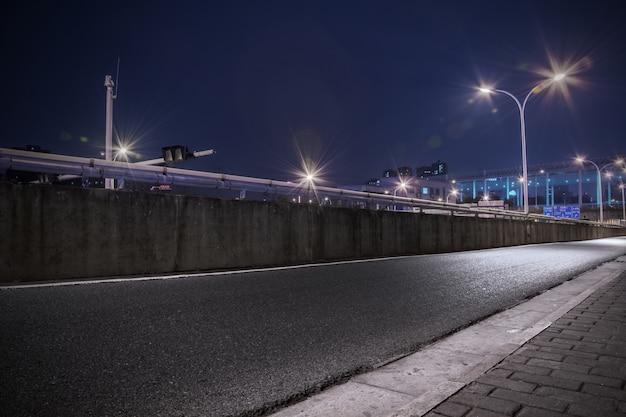 Carretera con farolas iluminadas