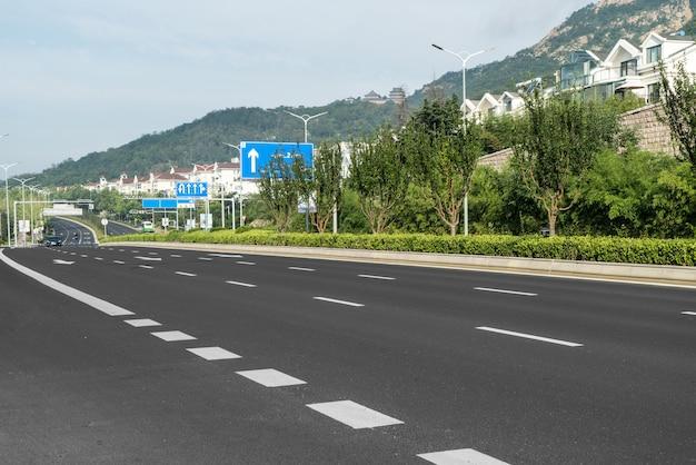 Carretera y frondosos bosques al aire libre, qingdao, china