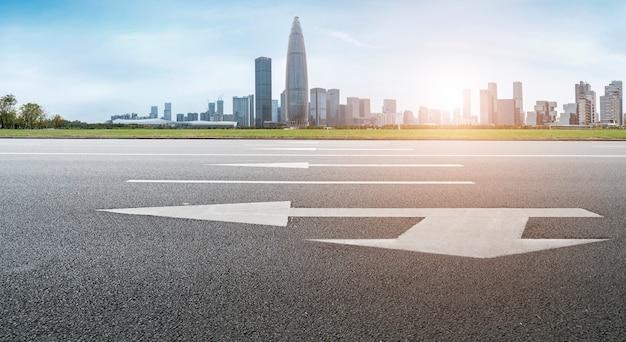 Carretera y horizonte de arquitectura urbana