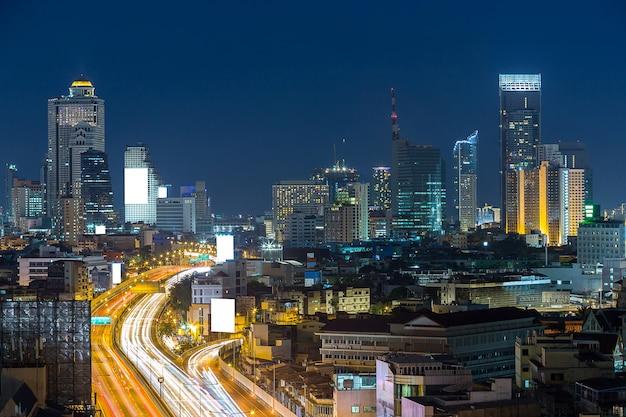 Carretera y horizonte con cartelera blanca en zona de negocios.