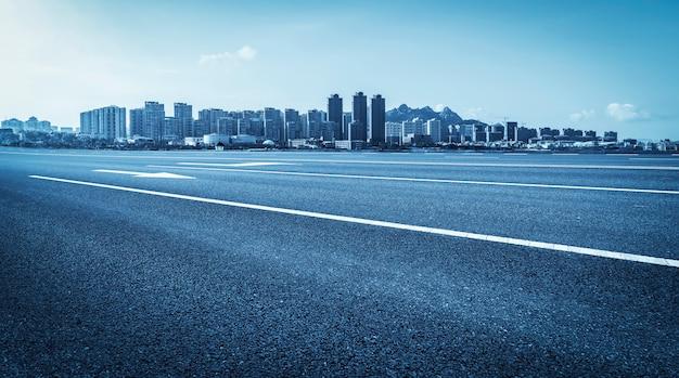 Carretera y horizonte urbano moderno del paisaje arquitectónico
