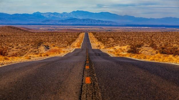 Carretera de hormigón rodeada de arenas
