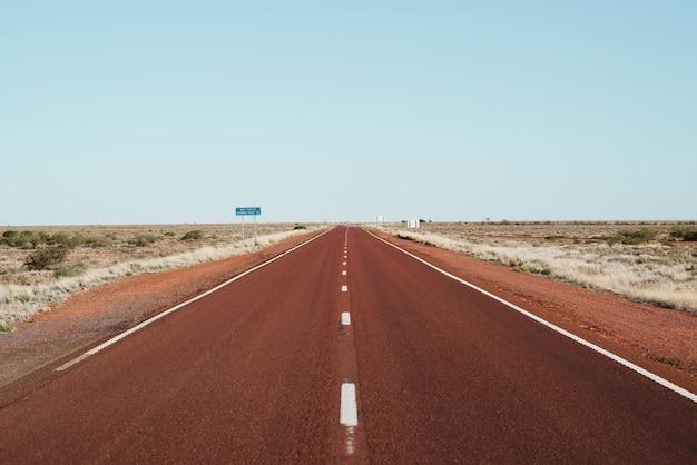 Carretera infinita en una ubicación remota