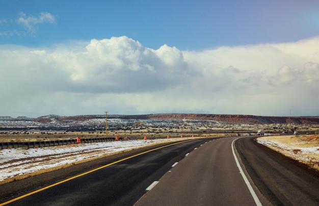 Carretera en invierno la nieve cubre el desierto de tucson, arizona