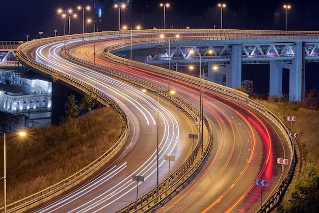 Carretera en las luces de la noche