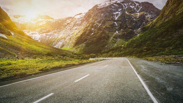Carretera de montaña colina arriba con paisaje de naturaleza